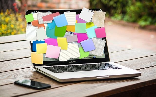 会社が休めない、ノートパソコン、付箋だらけ
