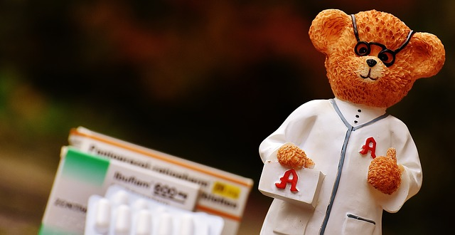 薬剤師、薬、クマの人形