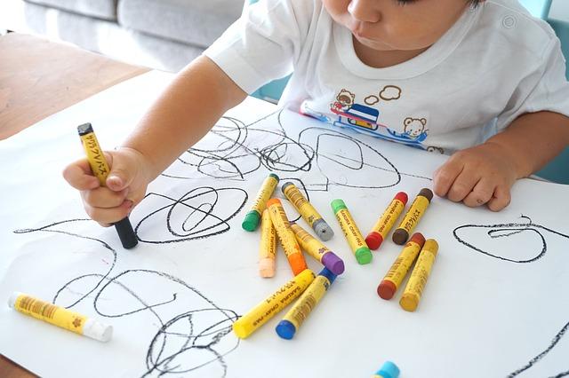 子ども、お絵かき、クレヨン、保育園、幼稚園