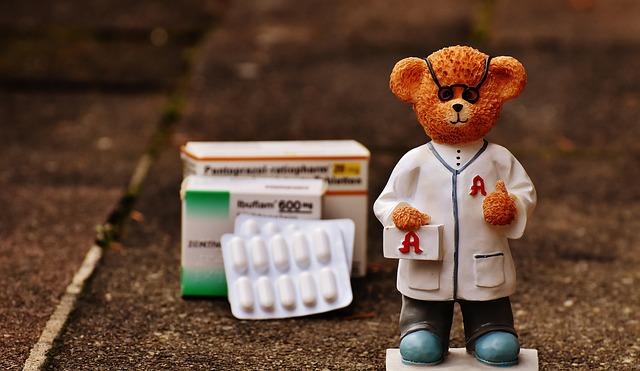 薬剤師、薬、錠剤、クマの人形のアップ