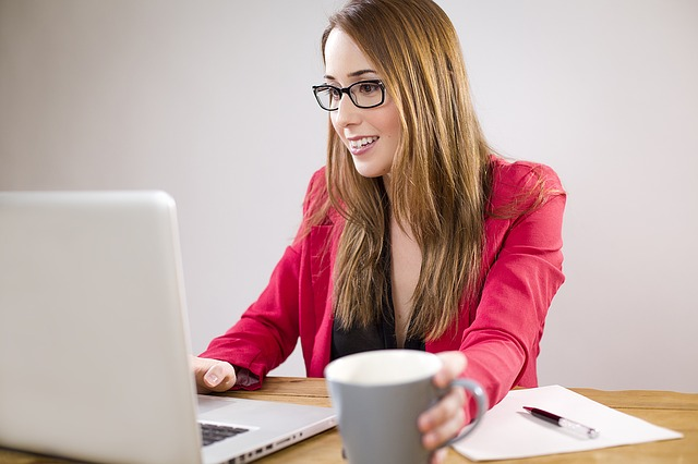 ノートパソコンで検索する女性