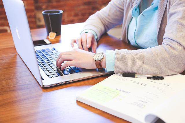 ノートパソコン、女性、デスク