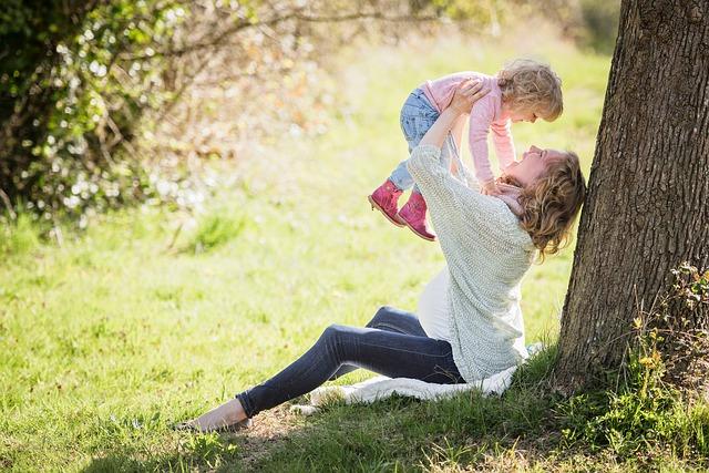 子育てママ、子ども、公園、育児休業
