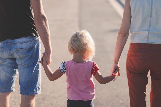 親子、子ども、子育て、家族で手を繋ぐ