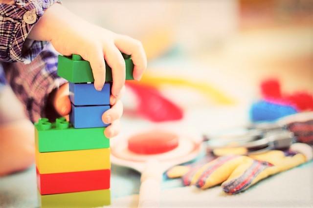 子ども、ブロックで遊ぶ、幼稚園、保育園