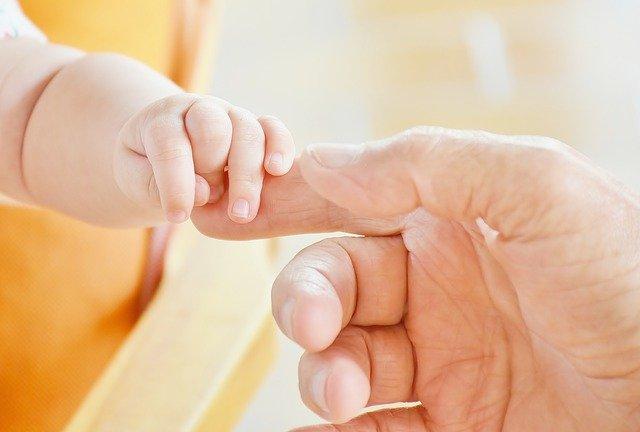 出産、赤ちゃん、手をつなぐ