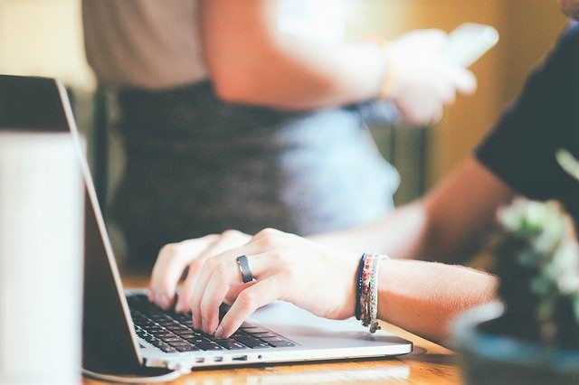 ノートパソコン、タイピング、職場